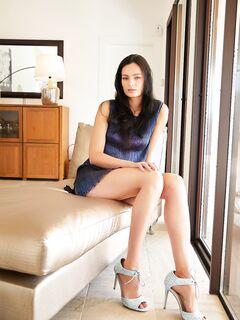 Высокая девушка с красивыми ногами без труселей - фото