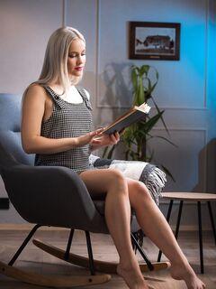 Блондинка с сочной красивой жопой - фото