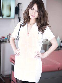 Голая медсестра в чулках позирует в больнице - фото