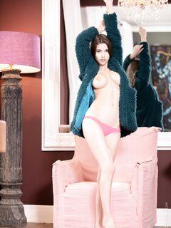 Сексуальная девушка в трусиках и шубе - фото