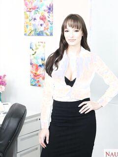 Грудастая секретарша раздвинула ноги - фото