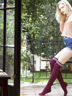 Стройная блондинка с упругой попкой - фото