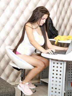 Грудастая девка в кроссовках с голой киской - фото