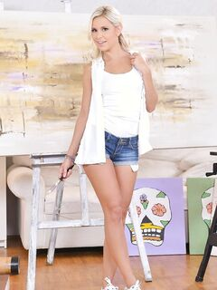Белокурая девушка сняла джинсовые шорты - фото