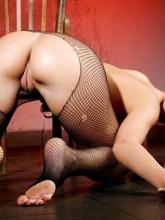 Девушка с сочной попой в рваных колготах - фото