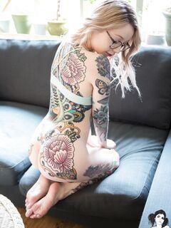 Татуированная девушка показала красивую писю - фото