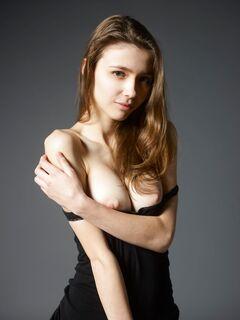 Грудастая девица снимает черные джинсы - фото
