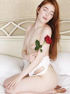 Рыжая сучка с бритой писькой  - фото