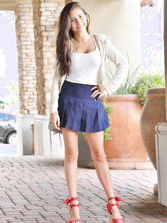 Милашка сняла с себя короткую юбку и нижнее бельё - фото