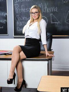 Сексуальная учительница в чулках с крупной жопой - фото
