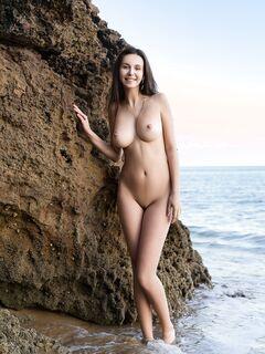 Красивая девушка с натуральной большой грудью - фото