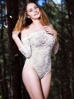 Молодая голая девушка заблудилась  - фото