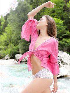 Девушка в рубашке и трусиках на природе - фото