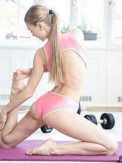 Сексуальная йога с обнажением на коврике - фото