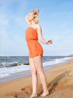 Блондинка с красивой пышной жопой на пляже - фото