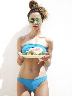 Худая девушка в купальнике перекусила арбузом - фото