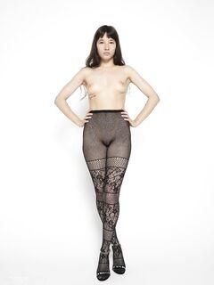 Девушка в ажурных колготках на голое тело - фото