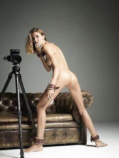 Тощая сучка на кожаном диване без белья - фото