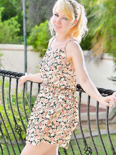Потаскушка гуляет в платье без трусов - фото