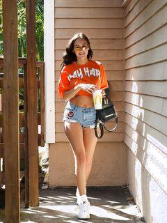 Девушка с большой попой в шортах и стрингах - фото