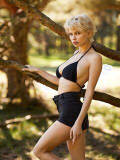 Сисястая блондинка с короткой стрижкой - фото