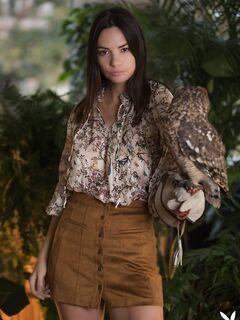 Голая девушка с совой и змеёй - смотреть