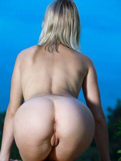 Девушка с красивой жопой раком на улице - фото
