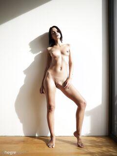 Раздвигает ноги голая сидя на полу - фото