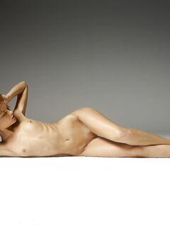Кудрявая голая девушка с веснушками - фото