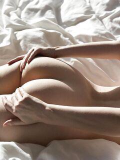 Голая рыжуля со смачной попкой - фото