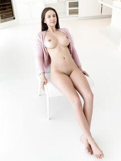 С большими сиськами сидит на стуле - фото