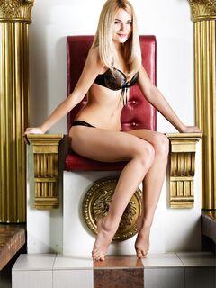 Блондинка с плоскими сиськами на троне - фото