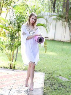 Розовая щёлка худой фитоняшки - фото