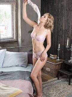 Сексуальная блондинка ласкает киску - фото