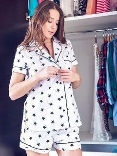 Милашка с сочной попой в пижамке - фото