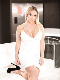 Пышная блондинка с огромными сиськами - фото