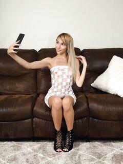 Извращенная девушка играет с киской и попой - фото