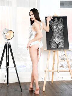 Дамочка с длинными ногами без трусов - фото