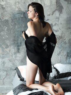 Миловидная девушка с упругими сиськами - фото