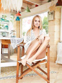 Блондинка в трусиках с дыркой - фото