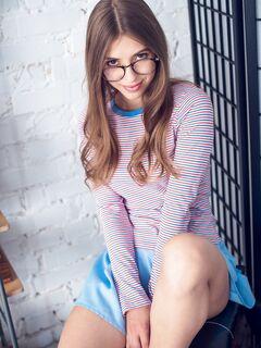 Красавица в очках сняла юбку и трусики - фото