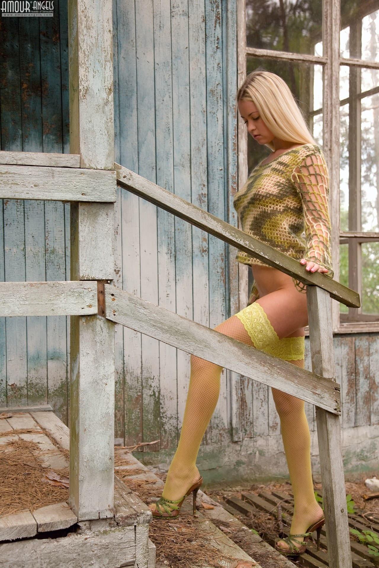 Деревенская сексуальная блондинка в чулках - фото