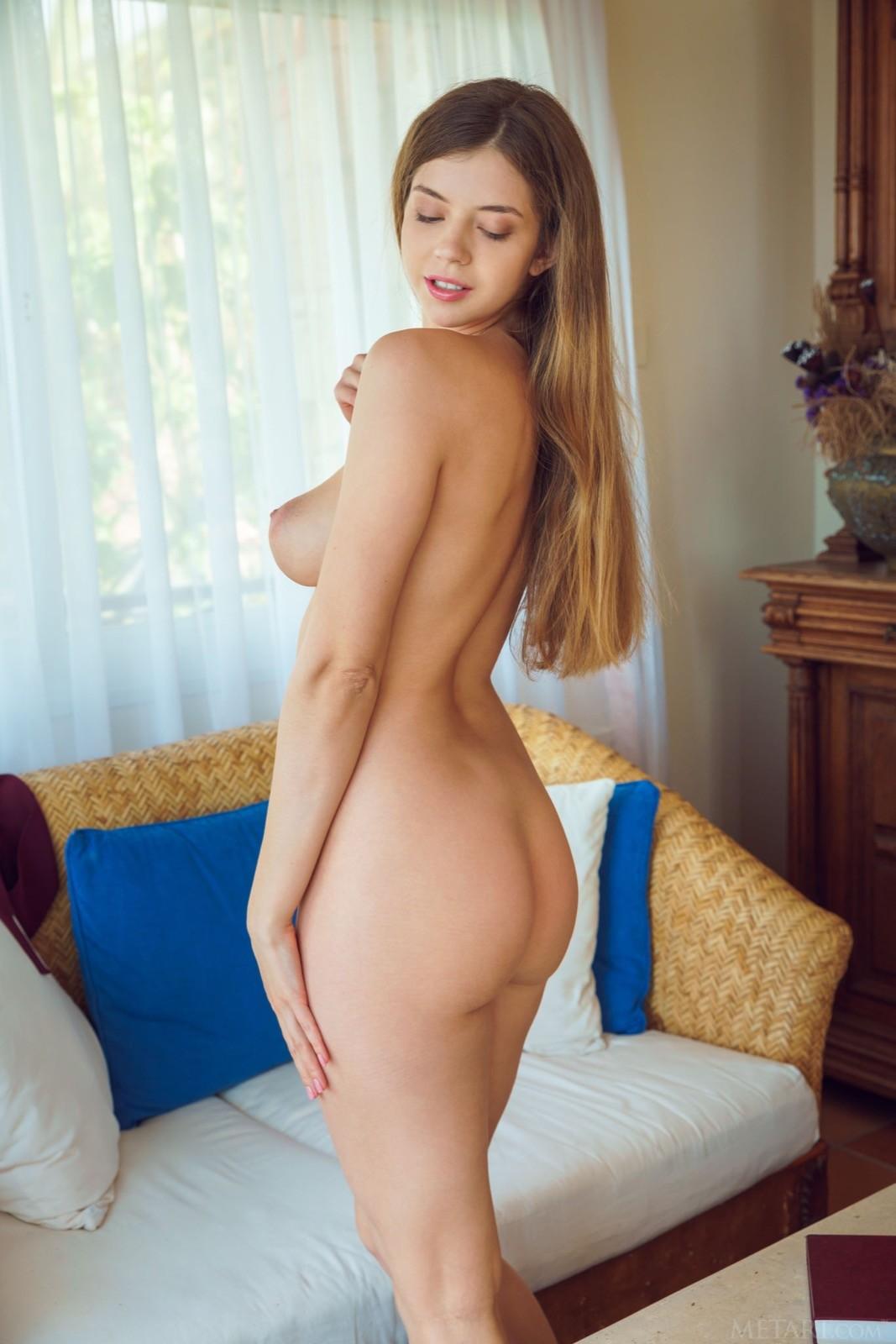 Сексуальная девица с сочными прелестями - фото