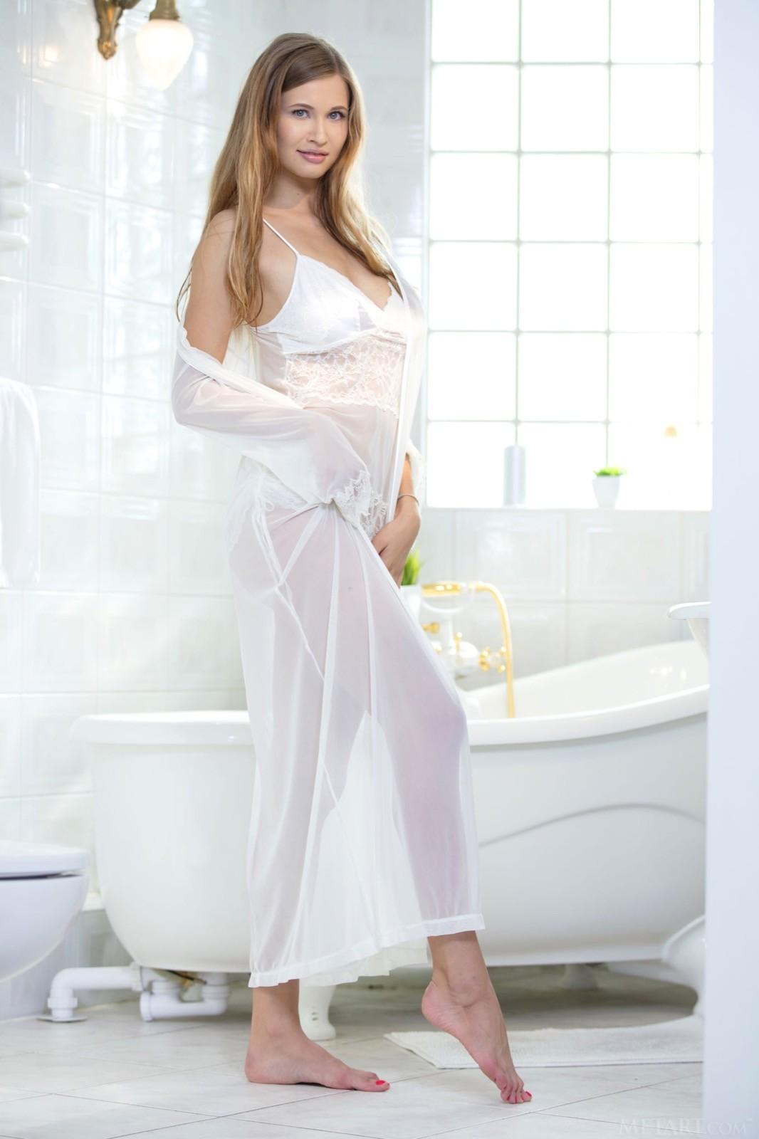 Девушка с обвисшими дойками моется в ванне - фото