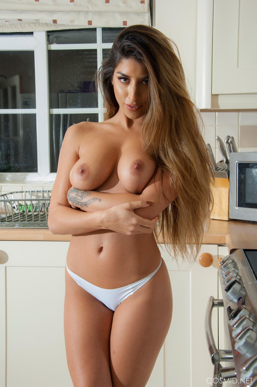 Сексуальная домохозяйка в джинсовой юбке и топике - фото