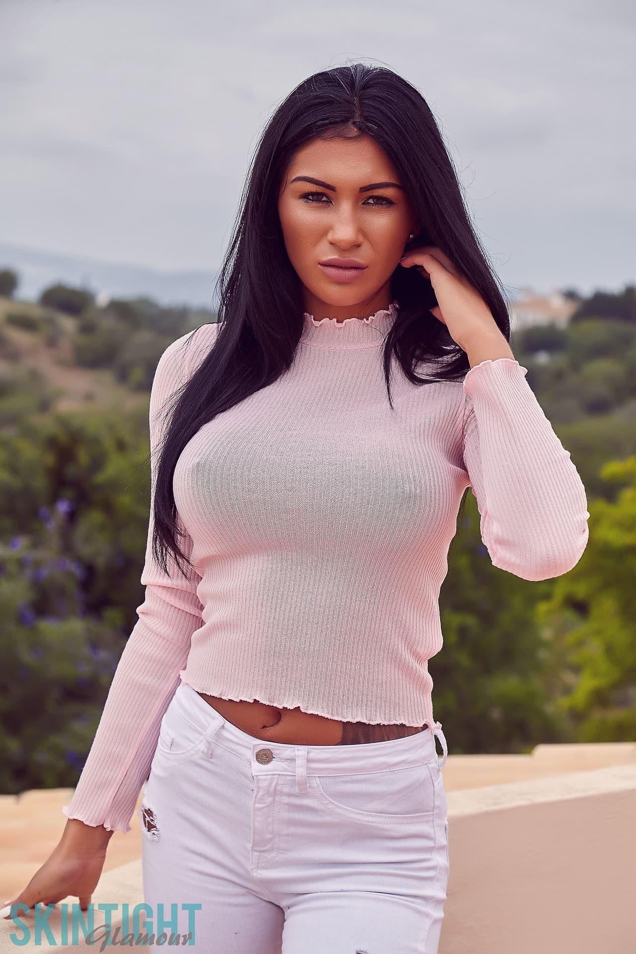 Девушка в джинсах с упругими буферами - фото