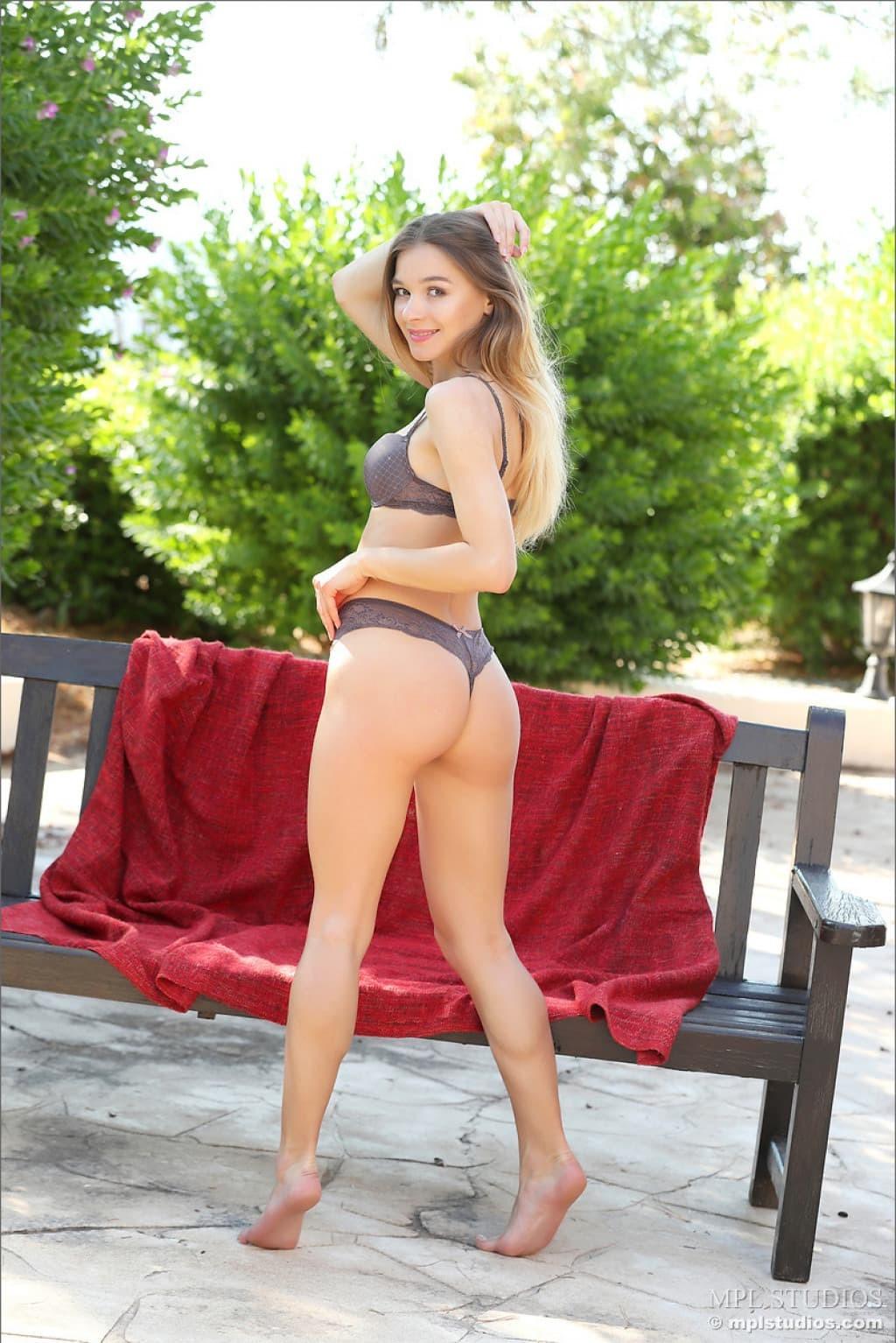 Привлекательная девушка в нижнем белье - фото