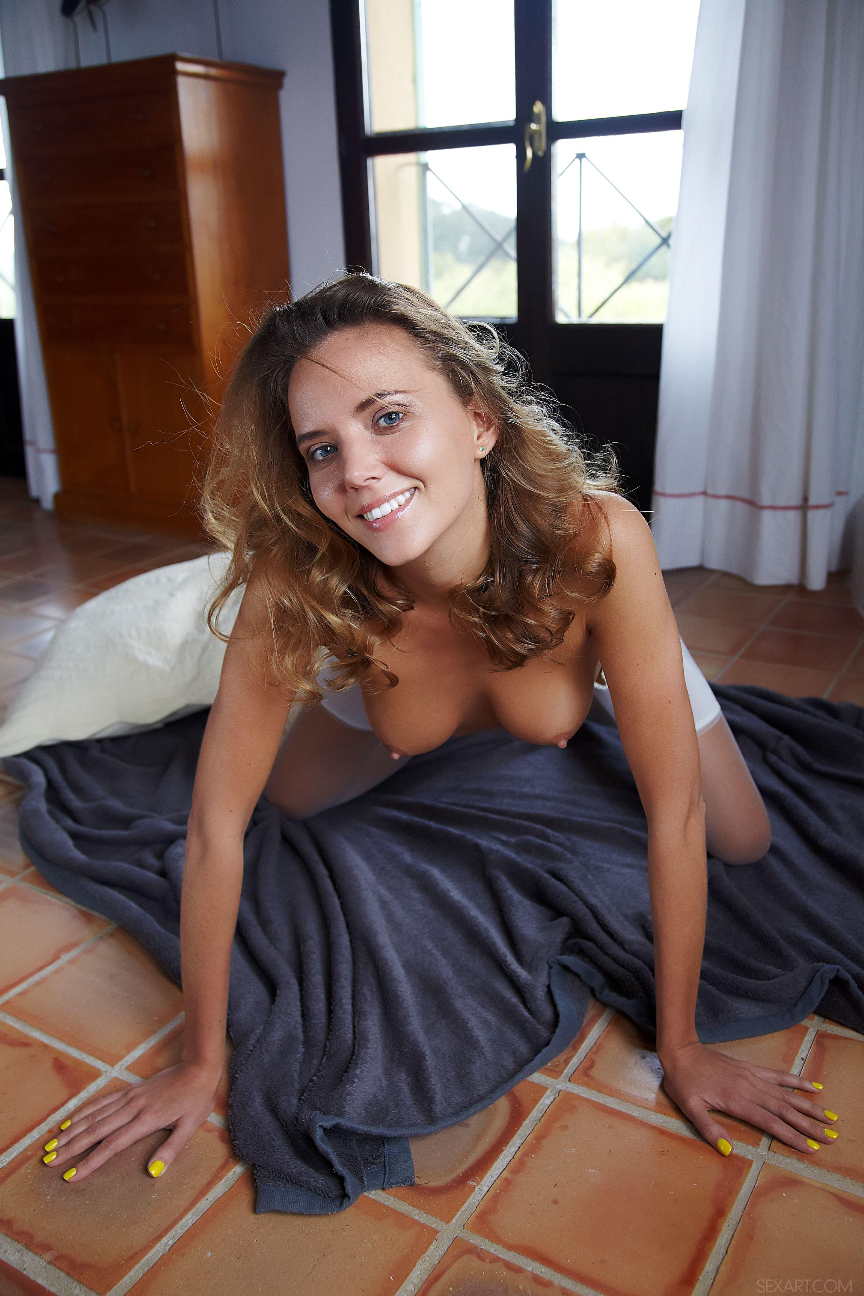 Сексуальная девица в белых чулках - фото