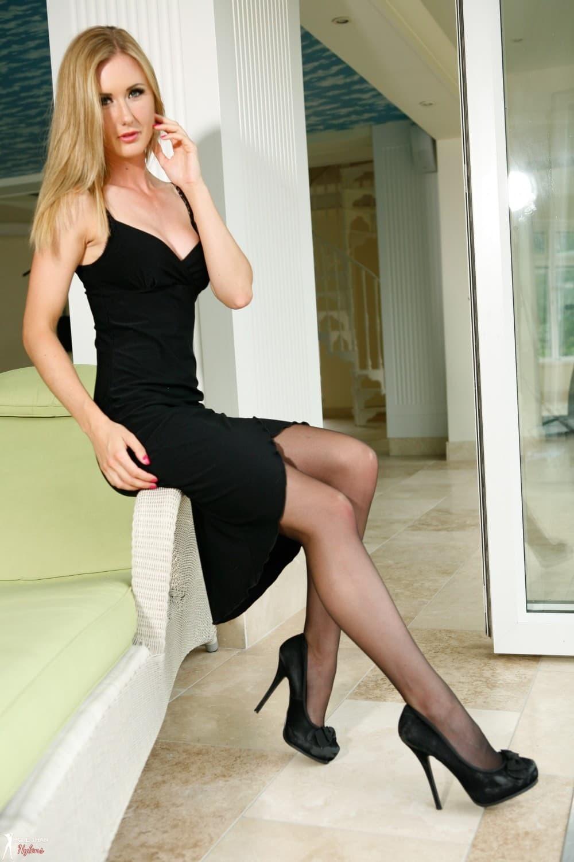 Сексуальная блондинка в чулках и платье - фото