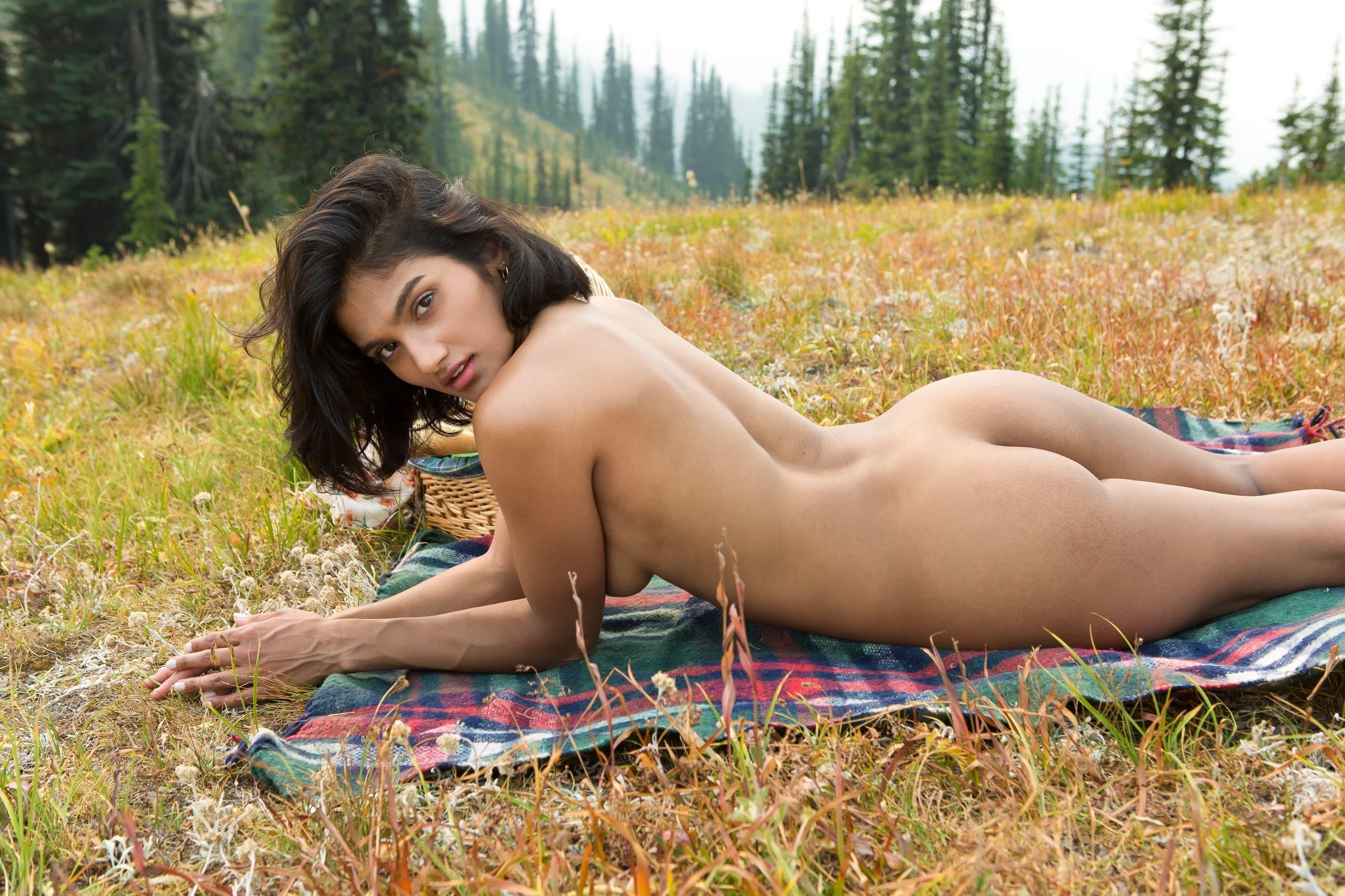 Красивая голая мулатка на природе - фото